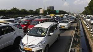 About 4.47 lakh vehicles enter Gurugram from 11 border points on every weekday with more than half of them using the expressway at two toll plazas at Sirhaul and Kherki Daula(Yogendra Kumar/HT PHOTO)