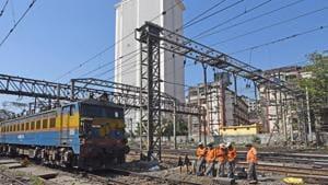 Owing to this failure both railway lines heading to Chhatrapati Shivaji Maharaj Terminus(CSMT) and Panvel were shut.(Pratik Chorge/HT PHOTO)