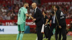 Real Madrid's head coach Zinedine Zidane, center, talks to Karim Benzema.(AP)