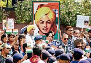 Paying tribute to Bhagat Singh on the eve of his 110th birth anniversary in 2017.(Sonu Mehta/HT PHOTO)