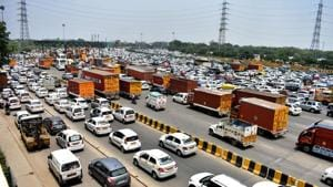 The Centre is likely to ask states to increase road taxes for older vehicles to make it harder for them to ply, according to officials aware of the development.(HT Photo)