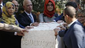 Jeff Bezos with Hatice Cengiz, partner of dead Saudi journalist Jamal Khashoggi.(Photo: AP)