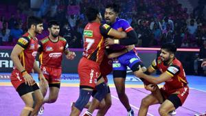 Players of Dabang Delhi and Bengaluru Bulls in action during the Pro Kabaddi League match at Sawai Mansingh Indoor Stadium in Jaipur.(PTI)