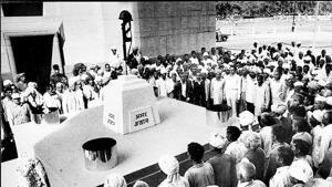 Ex-serviceman holding a meeting at Amar Jawan Jyoti at India Gate on 10 March, 1988.(Photo: Santosh Gupta/ Hindustan Times)