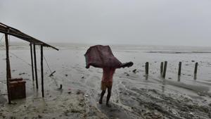 A strong cyclone made landfall early Sunday in Bangladesh, where hundreds of thousands of people have moved to shelters across the low-lying delta nation's vast coastal region.