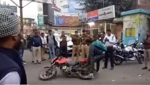 The video also shows the police consoling the man.(Twitter/@Benarasiyaa)