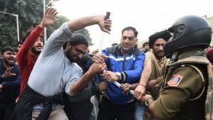 JNU students protest lathi charge at Bhika ji chowk in Delhi. (Photo: Vipin Kumar/HT)