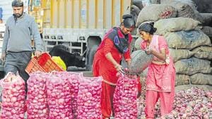 Over the past couple of weeks, the state government had been selling onion at Rs 59 a kg from its Sufal Bangla stalls.(HT Photo)