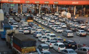 Long queues of vehicles at the Chandimandir toll plaza on Sunday.(Sant Arora/HT)