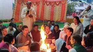 Haryana Yog Parishad chairman conducting the yajna with members of the Patanjali Yog Samiti in Sector 12, Panchkula, on Thursday.(HT Photo)