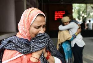 Azra Khatun breaks down as she waits to receive the body of her newphew Ashfaq Hussain (22) who was killed who was killed during communal violence in northeast Delhi area outside GTB hospital mortuary on February 27, 2020.(Biplov Bhuyan/HT PHOTO)