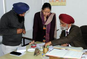 Punjab Agro Industries chairman Joginder Singh Mann conducting inspection in Patiala on Thursday.(Bharat Bhushan/ HT)