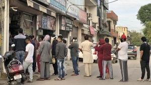 Locals make a beeline for a grocery shop in Ludhiana's Sarabha Nagar on Thursday.)(Gurpreet Singh/Hindustan Times)