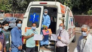 The Chandigarh PGIMER nurse who recovered from Covid-19 being sent home, where he will be in self isolation for two more weeks.(HT photo)