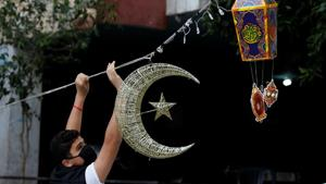 A man puts Ramadan decorations on a street ahead of the Muslim holy month of Ramadan, during a countrywide lockdown over the coronavirus disease (COVID-19) in Beirut, Lebanon April 19, 2020. Picture taken April 19, 2020. REUTERS/Mohamed Azakir(REUTERS)