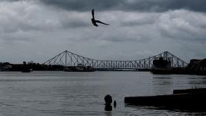 Dark clouds over the iconic Howrah Bridge due to Cyclone Amphan which is likely to reach Kolkata later on Wednesday evening.(SAMIR JANA/HT PHOTO.)