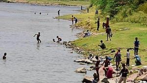 People by the banks of the Yamuna river at Wazirabad, as Delhi battled a heatwave.(Sonu Mehta/HT PHOTO)