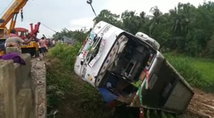A crane lifting the bus out of the ditch where it fell in Odisha's Balasore district on Saturday.(HT PHOTO)