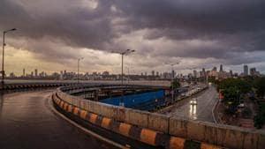 Dark clouds gather in the sky over Marine Drive after cyclone Nisarga made landfall, in Mumbai, Wednesday, June 3, 2020. Cyclone Nisarga made landfall near Maharashtra's coastal town of Alibag, around 100 kilometers (60 miles) south of Mumbai, on Wednesday afternoon.(PTI photo)