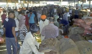Crowds gather at the vegetable mandi in Ludhiana, which will now remain open six days a week instead of three.(Gurpreet Singh/Hindustan Times)