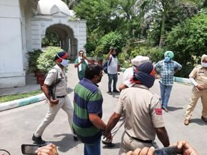 To men alleged to be involved in the Behbal Kalan firing case outside the Fardikot judicial complex on Sunday.(HT Photo)