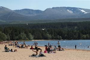 People enjoy the hot weather on the beach at Loch Morlich, near Aviemore, Scotland, Britain.(REUTERS)