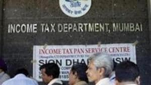 File photo: People stand in queue to file their IT returns outside Income Tax office at BKC, Bandra in Mumbai.(Hindustan Times)