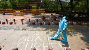 A Delhi Police personnel wearing PPE seen at a protest site in Delhi University, New Delhi.(Amal KS/HT PHOTO)