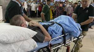 A British pilot who was Vietnam's most critical Covid-19 patient is carried on a stretcher in Ho Chi Minh city, Vietnam, Saturday, July 11, 2020.(AP photo)