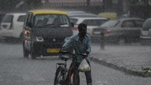 A man pushes his cycle amid heavy rain at Nizamuddin in New Delhi on July 21, 2020.(Biplov Bhuyan/HT PHOTO)