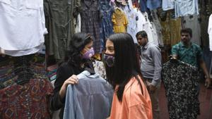 Youngsters wearing protective masks shop at Janpath Market to get some fashionable outfits.(Photo: Burhaan Kinu/HT)
