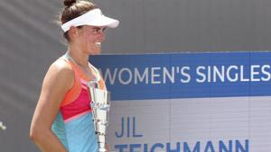 Jennifer Brady poses with the championship trophy after defeating Jil Belen Teichmann in the WTA tennis tournament championship match in Nicholasville, Ky., Sunday, Aug. 16, 2020. (AP Photo/James Crisp)(AP)