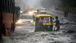 An auto breaks down on a waterlogged road in east Delhi on Monday(Ajay Aggarwal /HT Photo)
