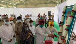 Punjab cabinet minister paying homage to former SAD chief Sant Harchand Singh Longowal on Thursday.(HT Photo)
