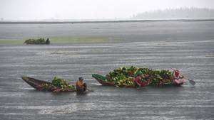 Women row their Shikara at the Dal Lake in Srinagar during a spell of rain on Wednesday.(Waseem Andrabi/HT PHOTO)