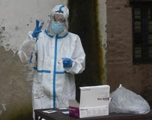 A health worker gears up in PPE coveralls to collect swab samples for Covid-19 testing in Daryaganj, New Delhi. India has recorded more than 70,000 Covid-19 cases for the second day in a row and over 1,000 fatalities for the third consecutive day.(Sonu Mehta/HT PHOTO)