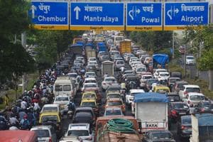 Huge traffic jams were reported on the eastern express highway in Mumbai.(HT Photo/Satish Bate)