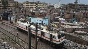 The Supreme Court has ordered the removal of 48,000 slum dwellings along railway tracks in Delhi.(HT PHOTO.)