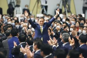 Japanese chief cabinet secretary Yoshihide Suga acknowledges as he is elected as new head of Japan's ruling party at the Liberal Democratic Party's (LDP) leadership election in Tokyo on Monday.(AP)