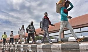 Migrant workers walking back to their villages, Delhi, March 27, 2020(Sanchit Khanna/HT PHOTO)