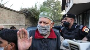 National Conference (NC) leader Farooq Abdullah is seen talking to reporters outside the Enforcement Directorate (ED) office in Srinagar. Abdullah will be the president of the People's Alliance for Gupkar Declaration and Peoples Democratic Party's Mehbooba Mufti the vice president of the six-party grouping.(Waseem Andrabi/HT Photo)