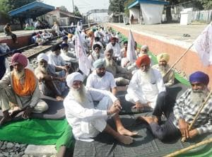 Activists of the Kisan Mazdoor Sangharsh Committee (KMSC), the organisation that has spearheaded the rail blockade since September 24, has shifted the dharna from Devidas Pura to Jandiala Guru station but its members refused to lift the blockade.(HT file photo)