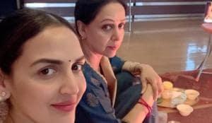 हेमा मालिनी अपनी बेटी ईशा के साथ।