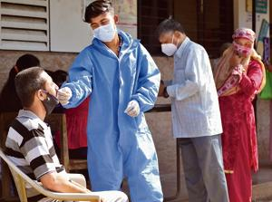 A health worker takes a swab sample of a resident in Mankhurd on Tuesday.(Satish Bate/HT Photo)