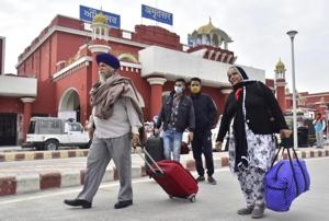 Passengers after alighting from Golden Temple Mail in Amritsar on a cold Tuesday morning. Though Amritsar recorded a low of 11 degrees Celsius due to overcast conditions, the temperature was five degrees below normal.(Sameer Sehgal/HT)