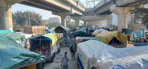 Farmers in tractor-trailers queued up on the Delhi-Haryana border at Tikri Kalan in Bahadurgarh on Saturday morning.(HT Photo)