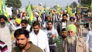 Bharti Kisan Union Ekta Ugraha members arrive to participate in protest against farm laws, at Domwali barrier, in  Bathinda, Punjab.(HT photo)