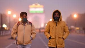 People dressed in warm clothes out on a cold evening, at Rajpath in New Delhi on Monday, November 23, 2020.(Arvind Yadav/HT PHOTO)