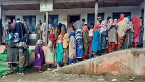 Voters in a queue to cast their vote during the second phase of District Development Council elections in Kangan area of Ganderbal on Tuesday.(Waseem Andrabi/HT Photo)
