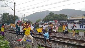 Pattali Makkal Katchi (PMK) workers pelt stones on the Ananthapuri Express coming from Thiruvananthapuram after they were stopped by to police from entering Chennai to participate in a protest demonstration demanding reservation for the Vanniyar community om Tuesday.(PTI)